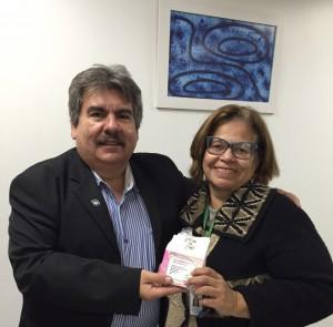 Diretor Presidente do HRMS Justiniano Vavas homenageia Assessora da Diretoria Administrativa e Financeira, Fátima Goulart.